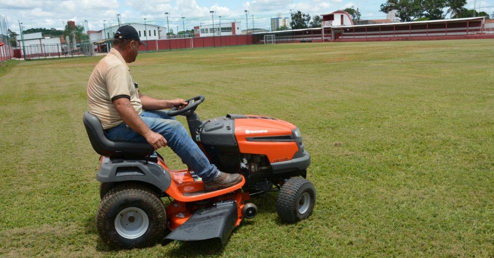 Clube adquire novo trator cortador de grama e promove melhorias no campo